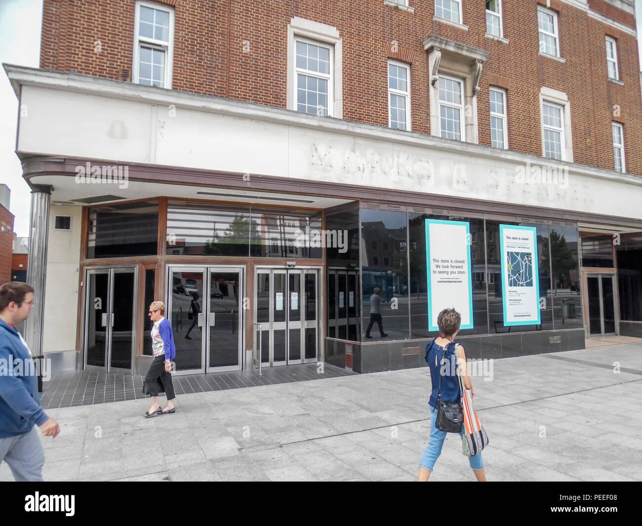 Die kürzlich geschlossenen Marken und Spencers store in Stockton-on-Tees, England, Großbritannien mit der Beschilderung entfernt Stockbild