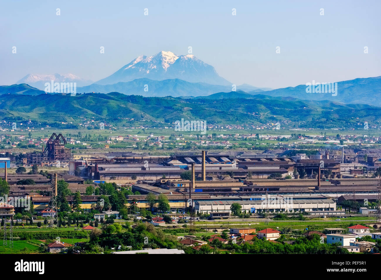 Stahlwerk Elbasan, hinter dem Berg Tomorr, Mali i Tomorit, qark Elbasan, Albanien Stockbild