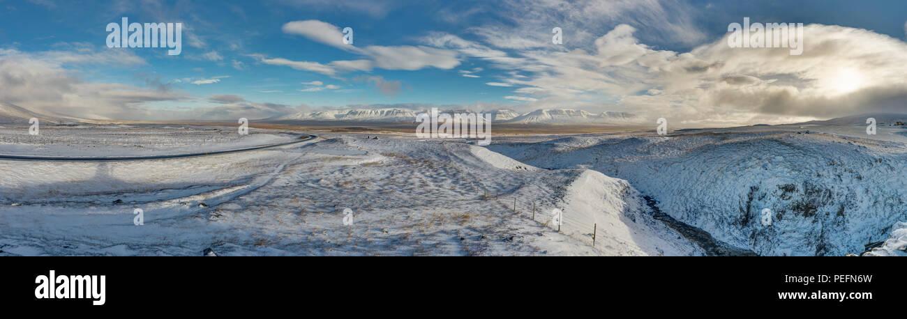 Winter Weihnachten Landschaft mit Bäumen und Bergen. Weihnachten Landschaft an einem sonnigen Morgen mit blauem Himmel und Wolken und frischen Schnee. Foto im Ic genommen Stockbild