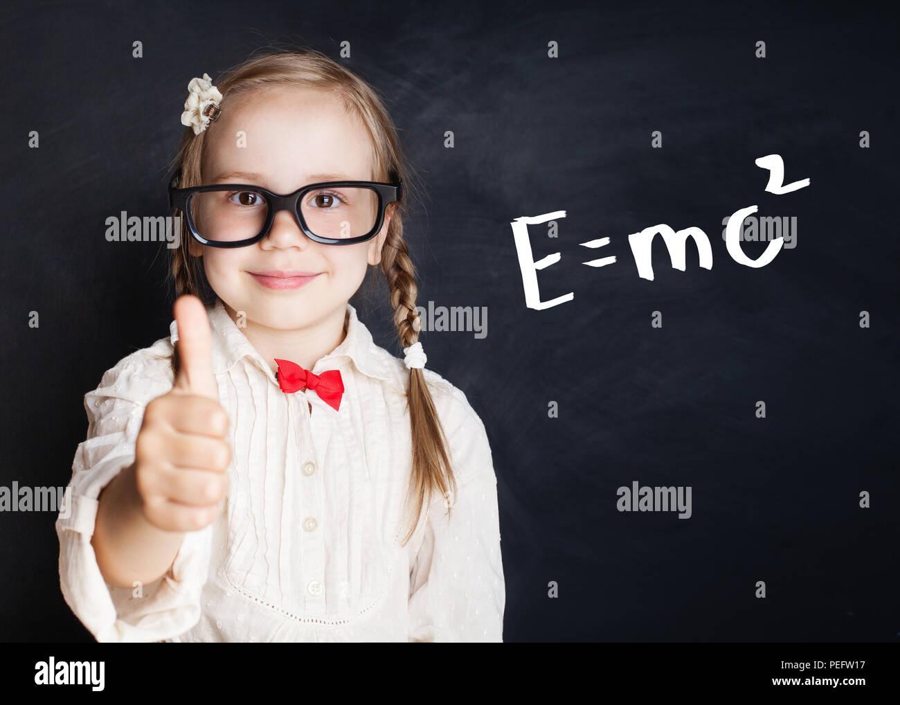 Kleines genie Portrait. Kinder mathematische Bildung Konzept. Kleines Mädchen mit Daumen hoch, an Hand von Zeichnungen mathematische Wissenschaft Formel Muster Stockbild