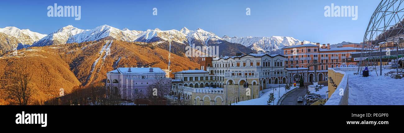 SOCHI, Russland - Dezember 19, 2015: Morgen Panorama der Skistation von Gorki Gorod Stockbild