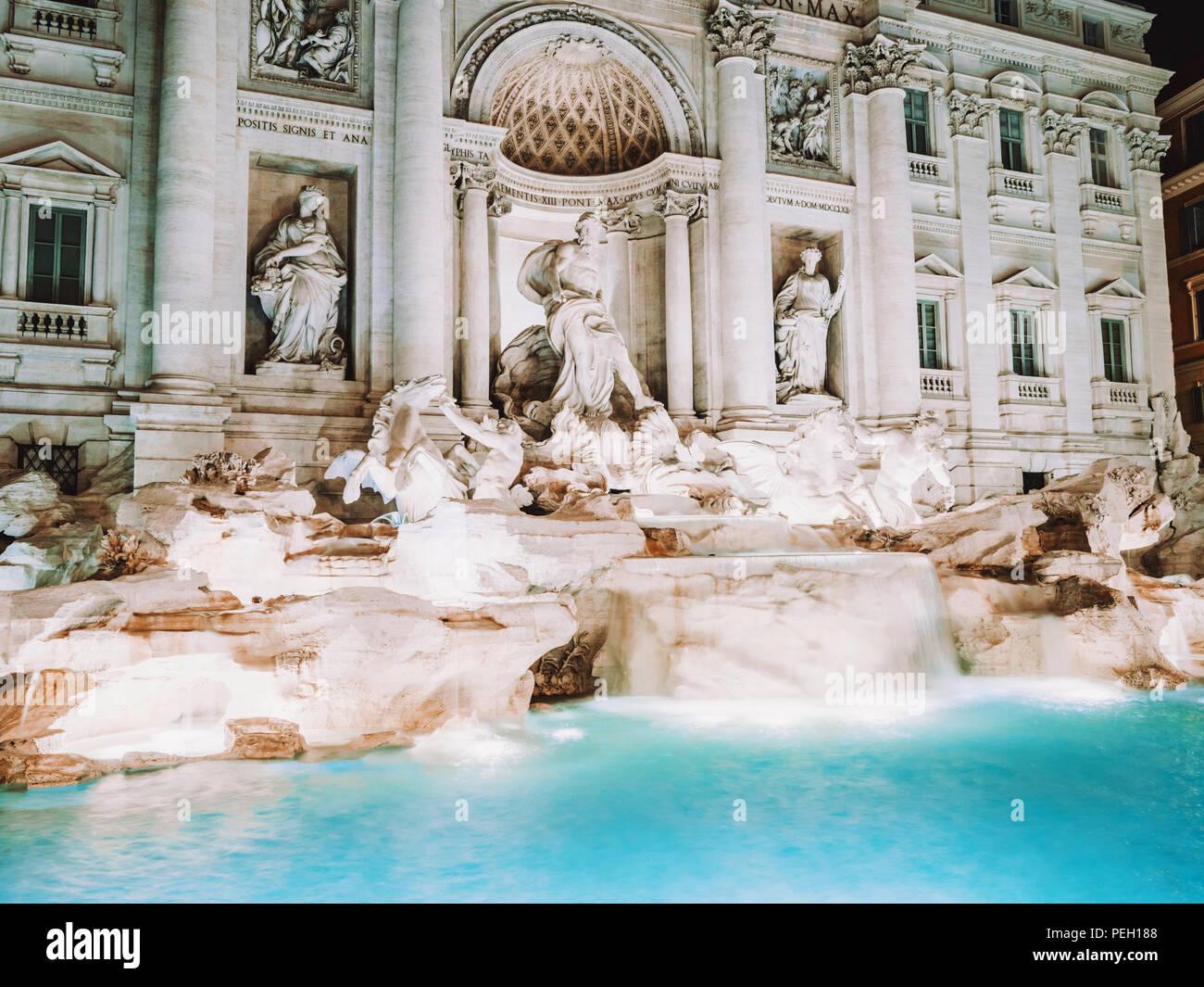 Nacht am Trevi Brunnen mit Beleuchtung, die meisten berühmten Brunnen in Rom, Italien. Stockbild