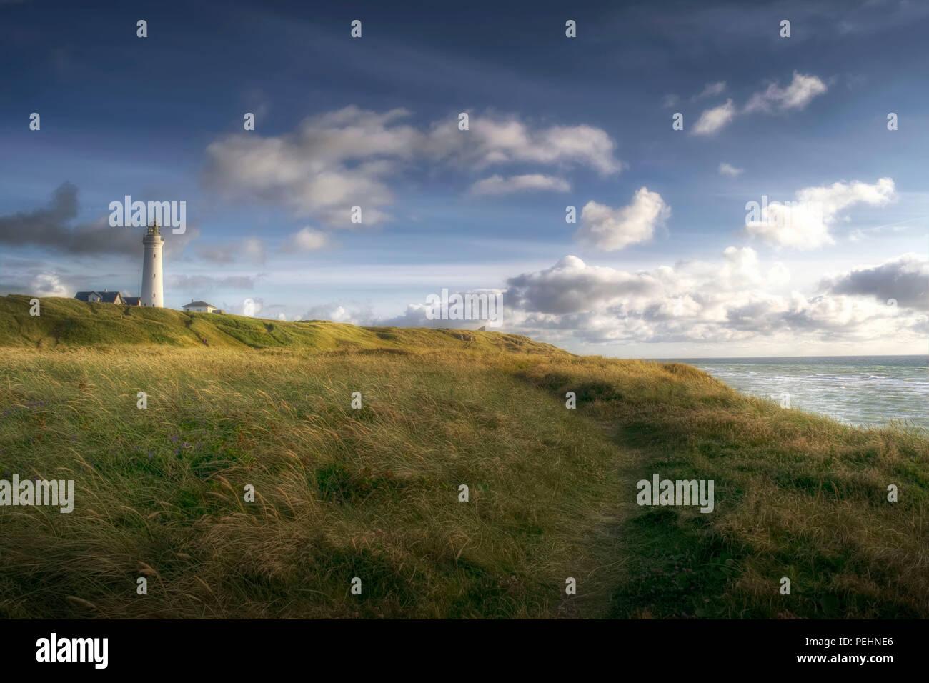 Fotografiert, während ich für die Fähre nach Norwegen war Warten.. Der Leuchtturm Hirtshals ist neben einem wunderschönen Sandstrand.. Stockbild