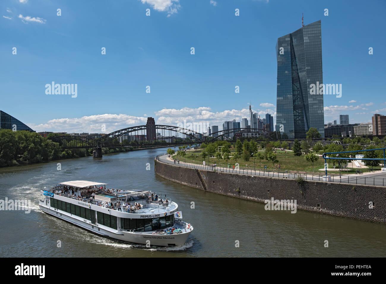 ff809c986ad5f8 Blick auf den Fluss Main mit touristischen Schiff und Skyline in Frankfurt  am Main