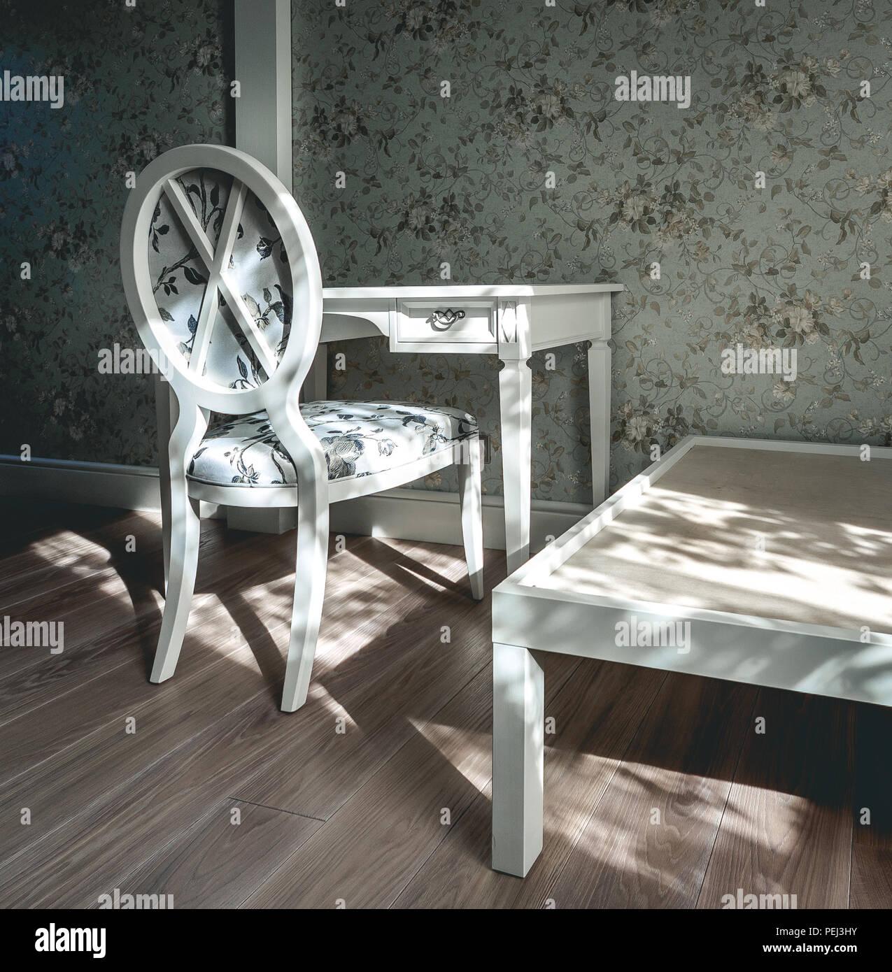 Vintage Zimmer Mit Sessel Tisch Und Geblumten Tapeten Weiss Und
