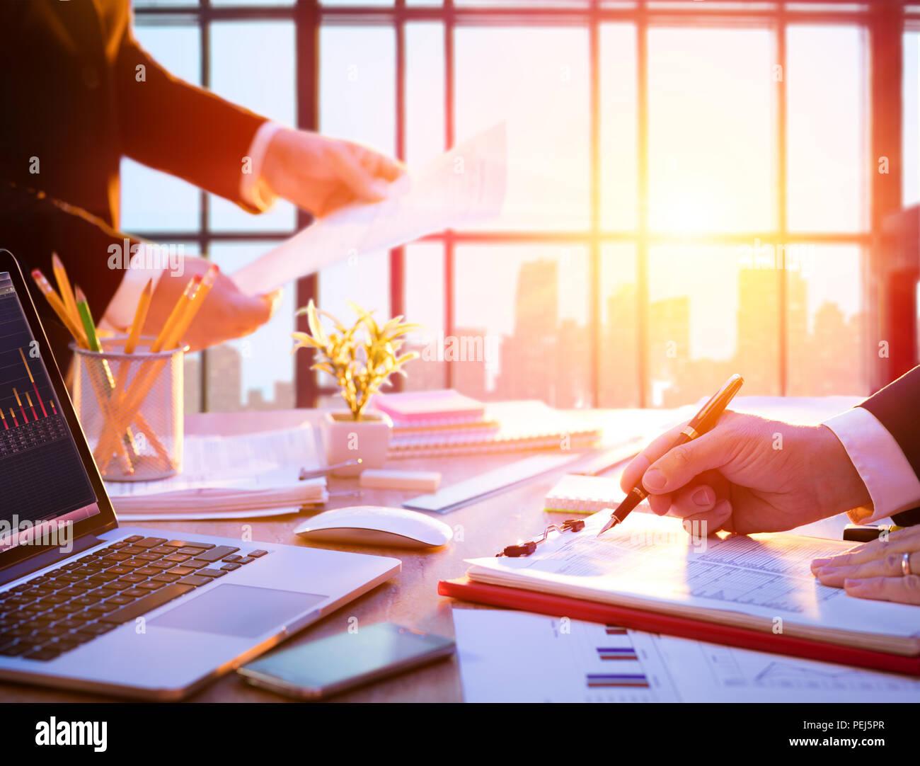 Arbeitsplatz mit Manager bei der Arbeit - im Büro Stockbild