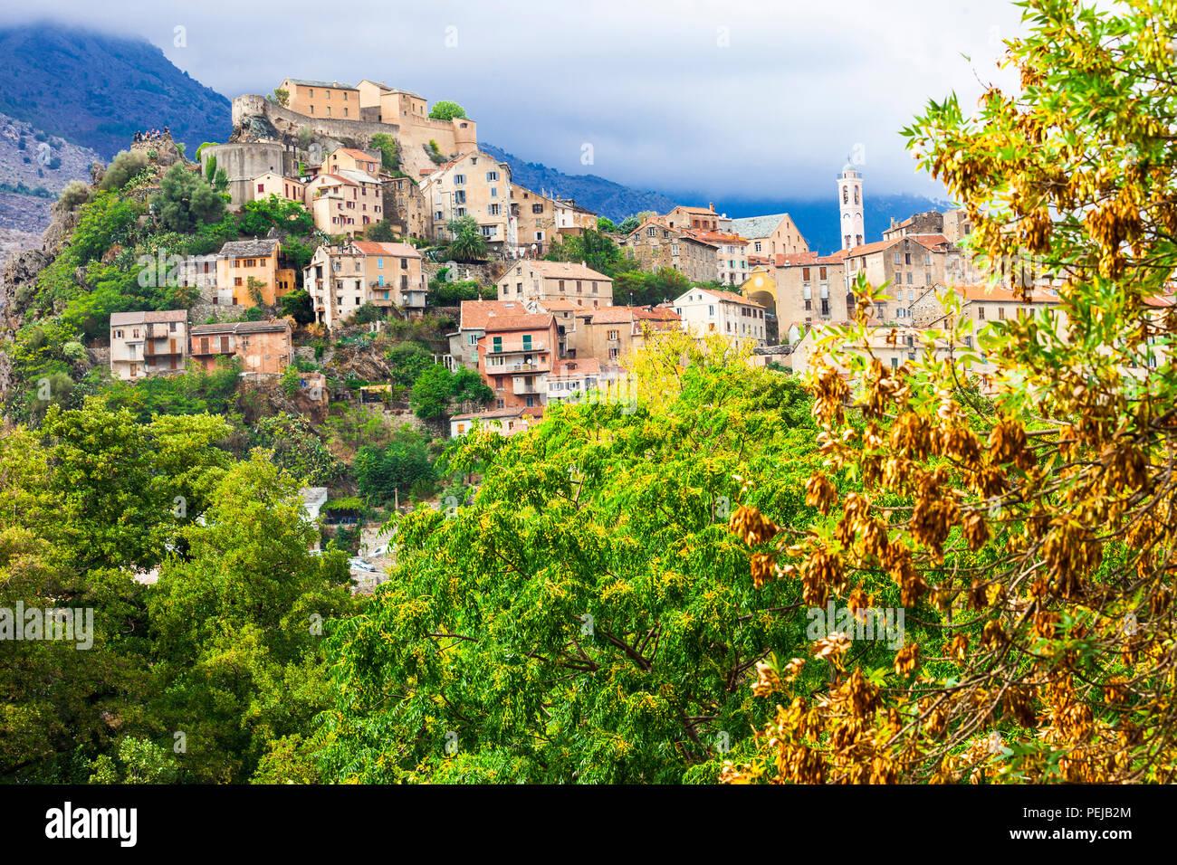 Beeindruckende Corte Dorf, mit Blick auf alte Zitadelle und Berge, Korsika, Frankreich. Stockbild