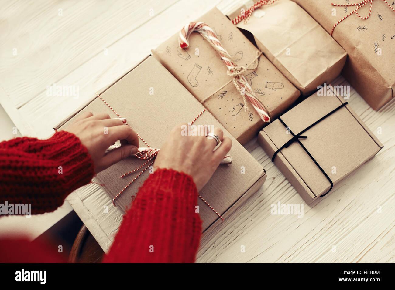 Frau in rot pullover Verpackung stilvolle einfache ...