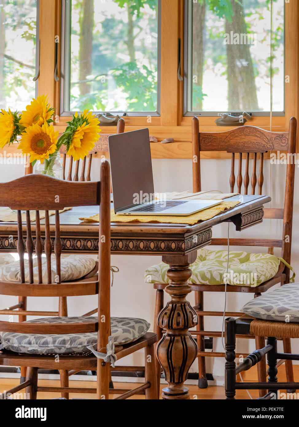 Home Interior Kuchentisch Computern Stuhlen Und Sonnenblumen Mit Fenster Licht Stockfotografie Alamy