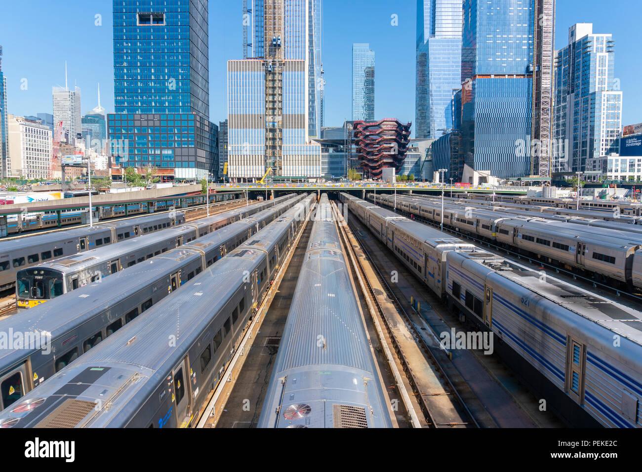 Züge in den Hudson Yards und Skyline von Manhattan Stockbild