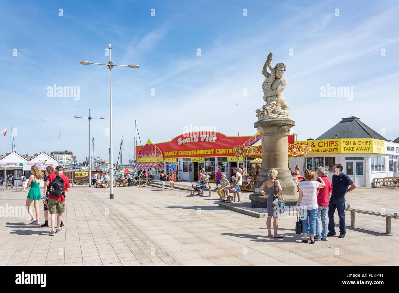 South Pier Entertainment Center und Triton Statue, Royal Plain, Lowestoft Strand, Lowestoft, Suffolk, England, Vereinigtes Königreich Stockbild
