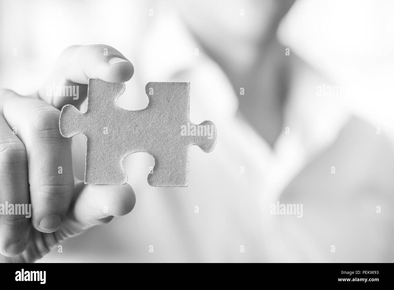 Schwarz-weiß-Bild des Geschäftsmannes oder Innovator Holding eine leere Puzzleteil auf Sie, mit Kopie Raum bereit für Ihre Idee, Text oder Zeichen. Stockbild