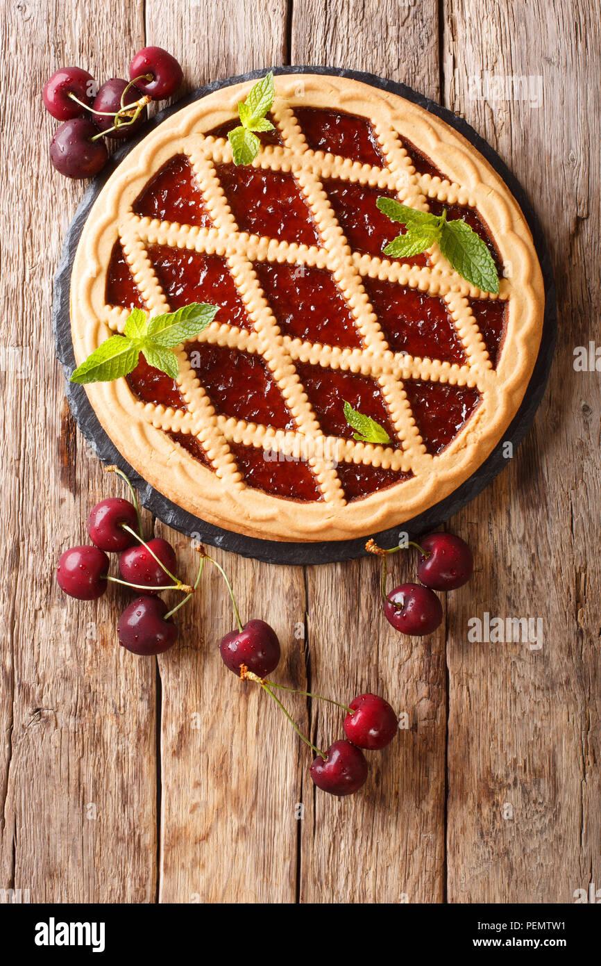 Köstliche festliche öffnen Cherry pie Crostata close-up auf einem Tisch. Vertikal oben Ansicht von oben Stockbild