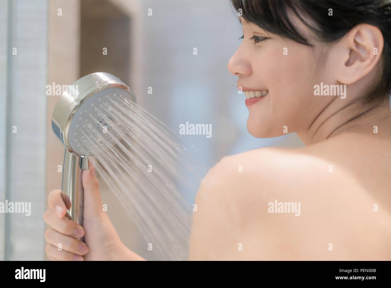 Unter der dusche frau Frau unter