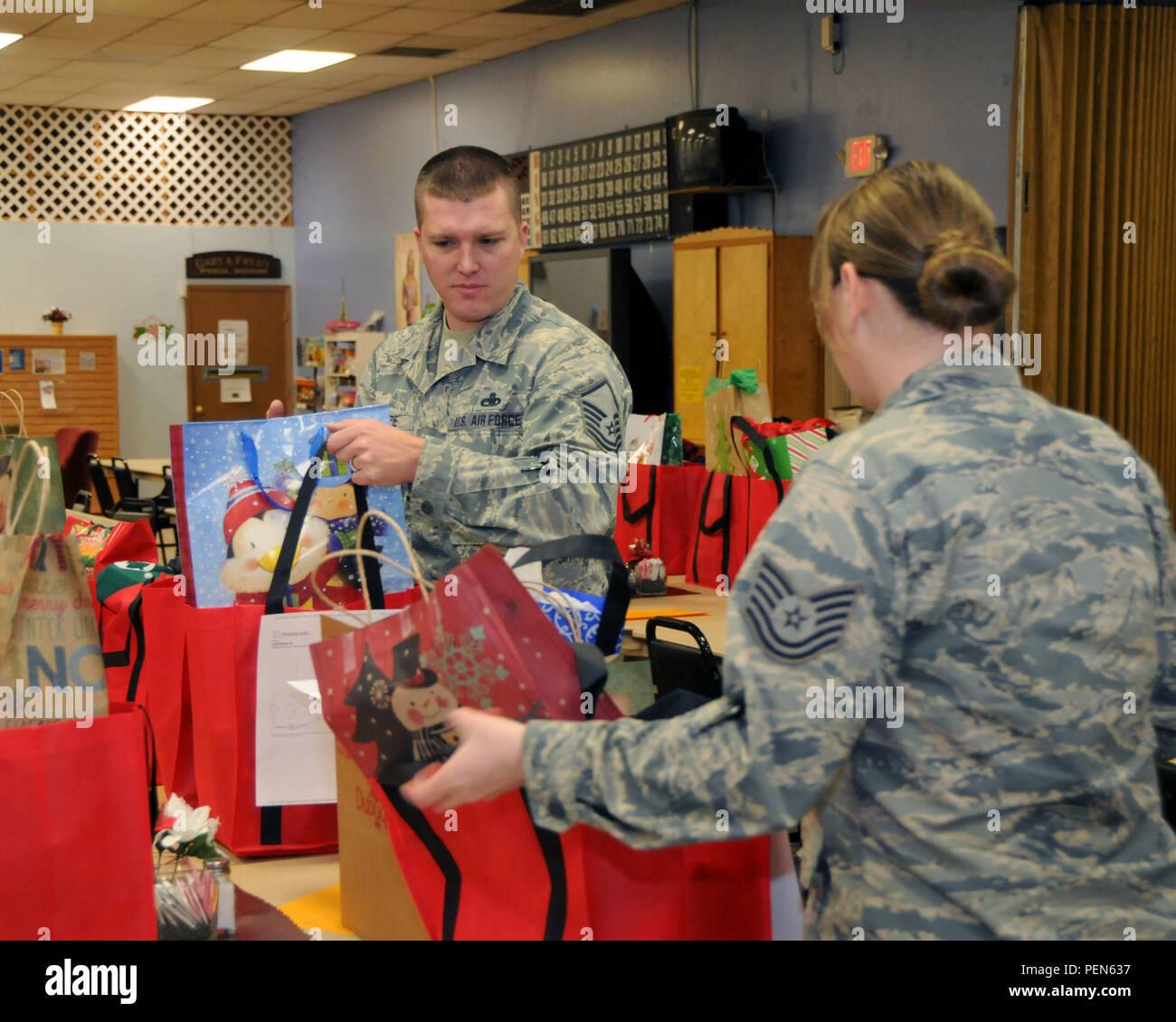 Us Air Force Master Sgt. Joseph McKenzie und Tech. Sgt. Kayla ...
