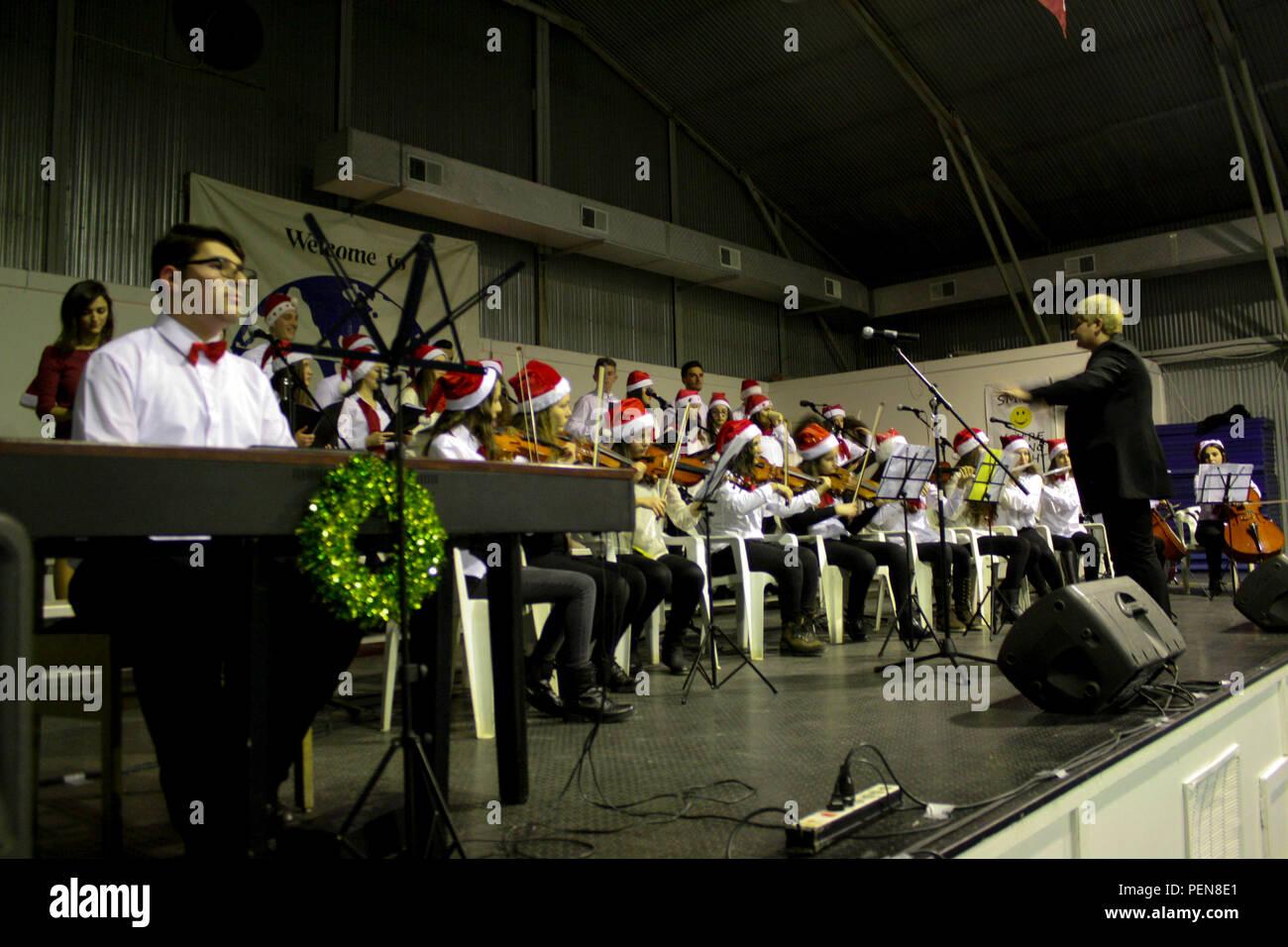 Das Orchester und die Sängerinnen und Sänger aus der Ferizaj Kinder ...