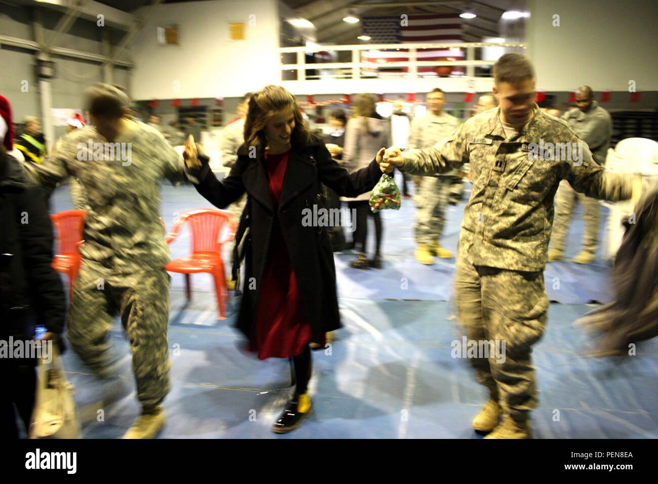 Us-Armee Soldaten eingesetzt, Camp Bondsteel, Kosovo, Tanz um mit ...