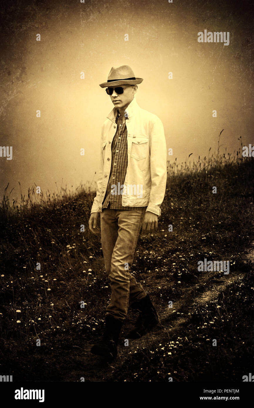 Junger Mann mit Hut Wandern in der Natur Stockfoto