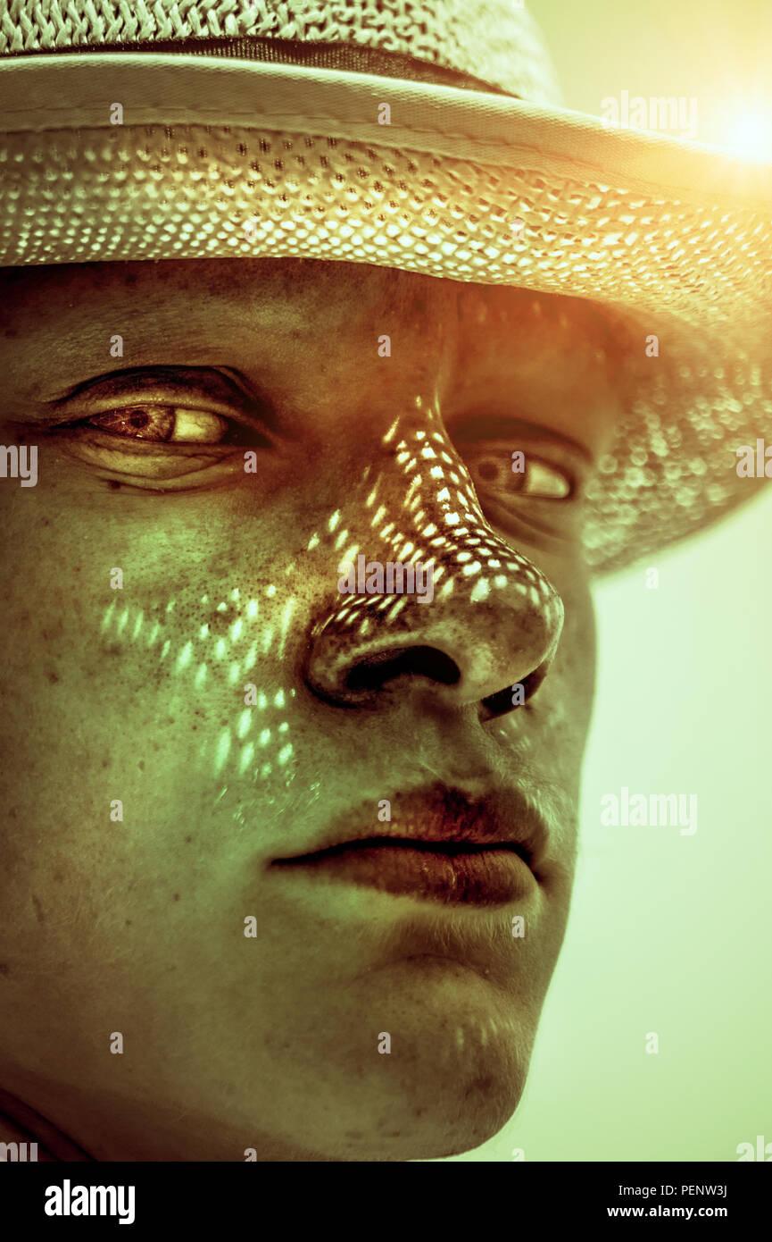 Portrait der junge Mann mit dem Hut in der sonnigen Tag Stockfoto