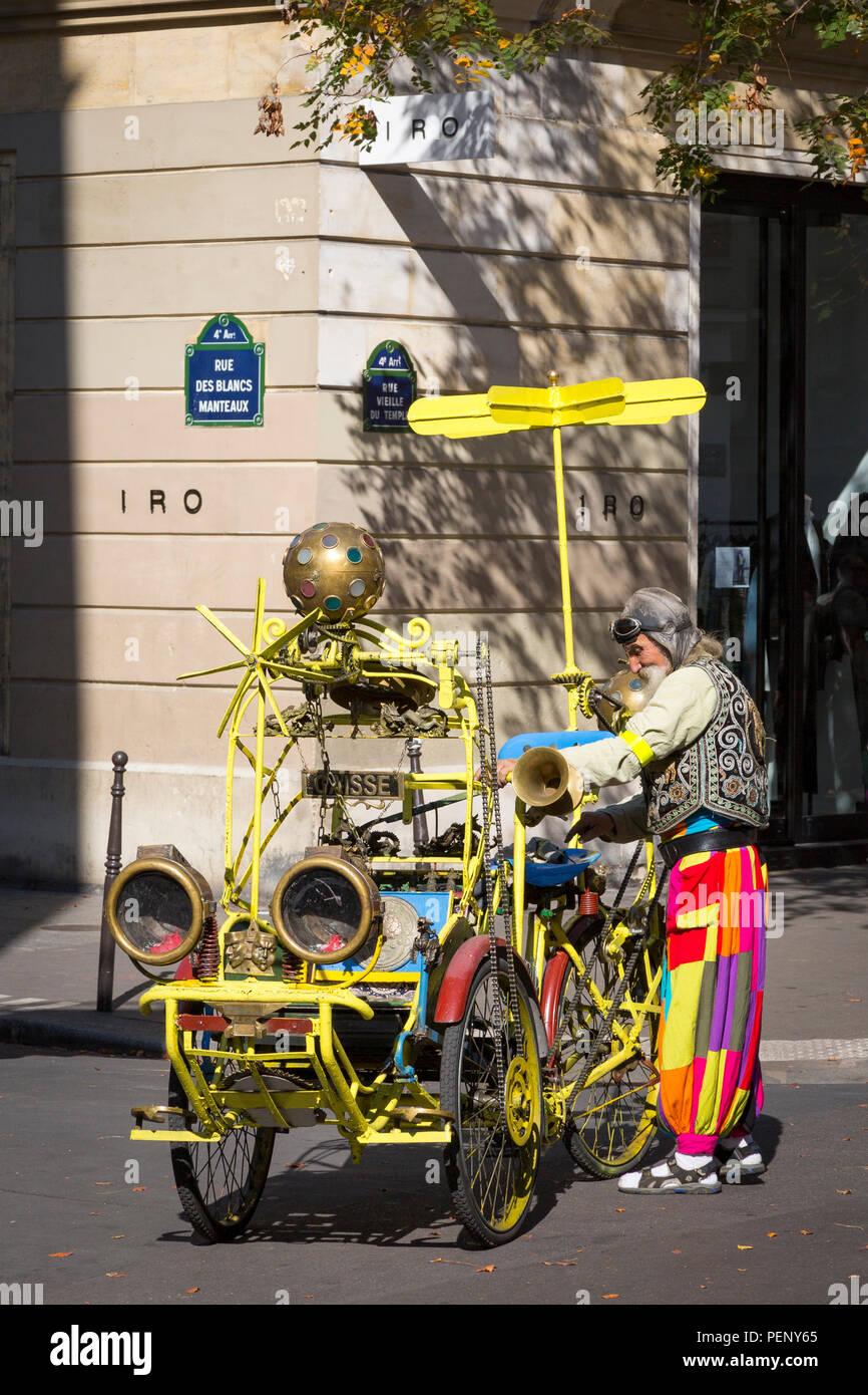 Farbenfrohen Charakter seiner Music-Playing Rikscha Taxi Neuerfindung, Marais, Paris, Frankreich, Reparatur Stockbild