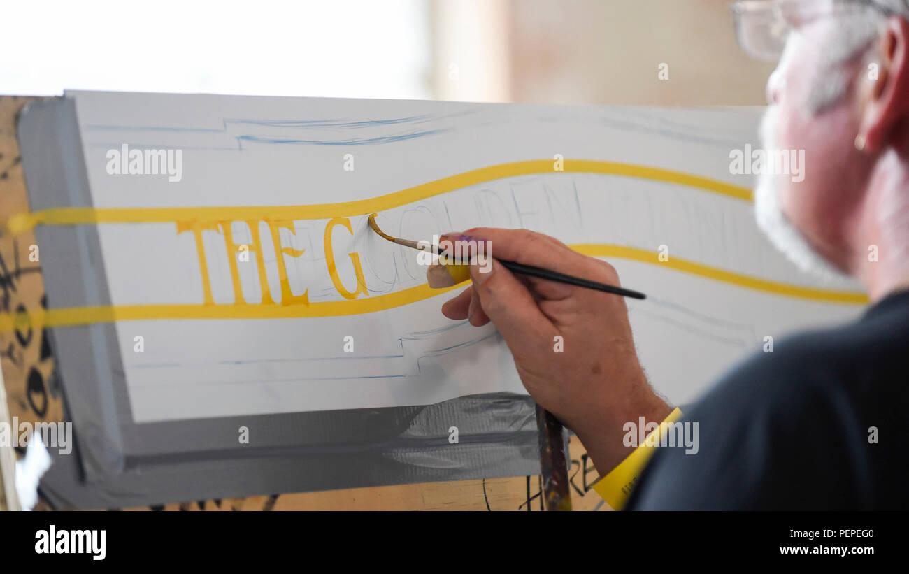 """London, Großbritannien. 17. August 2018. Eine signwriter Praktiken auf Briefköpfen der 2018: London Calling"""", eine Versammlung der Internationalen professionellen signwriters und Schriftzug Künstlerinnen und Künstler aus über 30 Ländern. Signwriters können Netzwerk- und neue Fähigkeiten und lernen Besucher können sehen, für Beschilderungsmaterial in Aktion. Die Veranstaltung findet an der Bargehouse, Oxo Tower Wharf in London bis zum 19. August. Credit: Stephen Chung/Alamy leben Nachrichten Stockbild"""