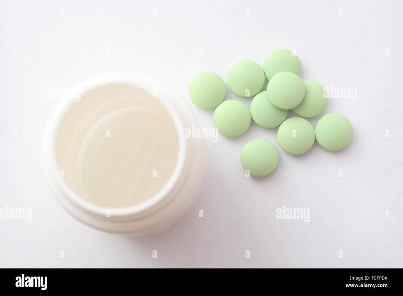 Medikamente. Weiße Pillen, weißen Hintergrund. Ein Glas mit Pillen Stockfoto