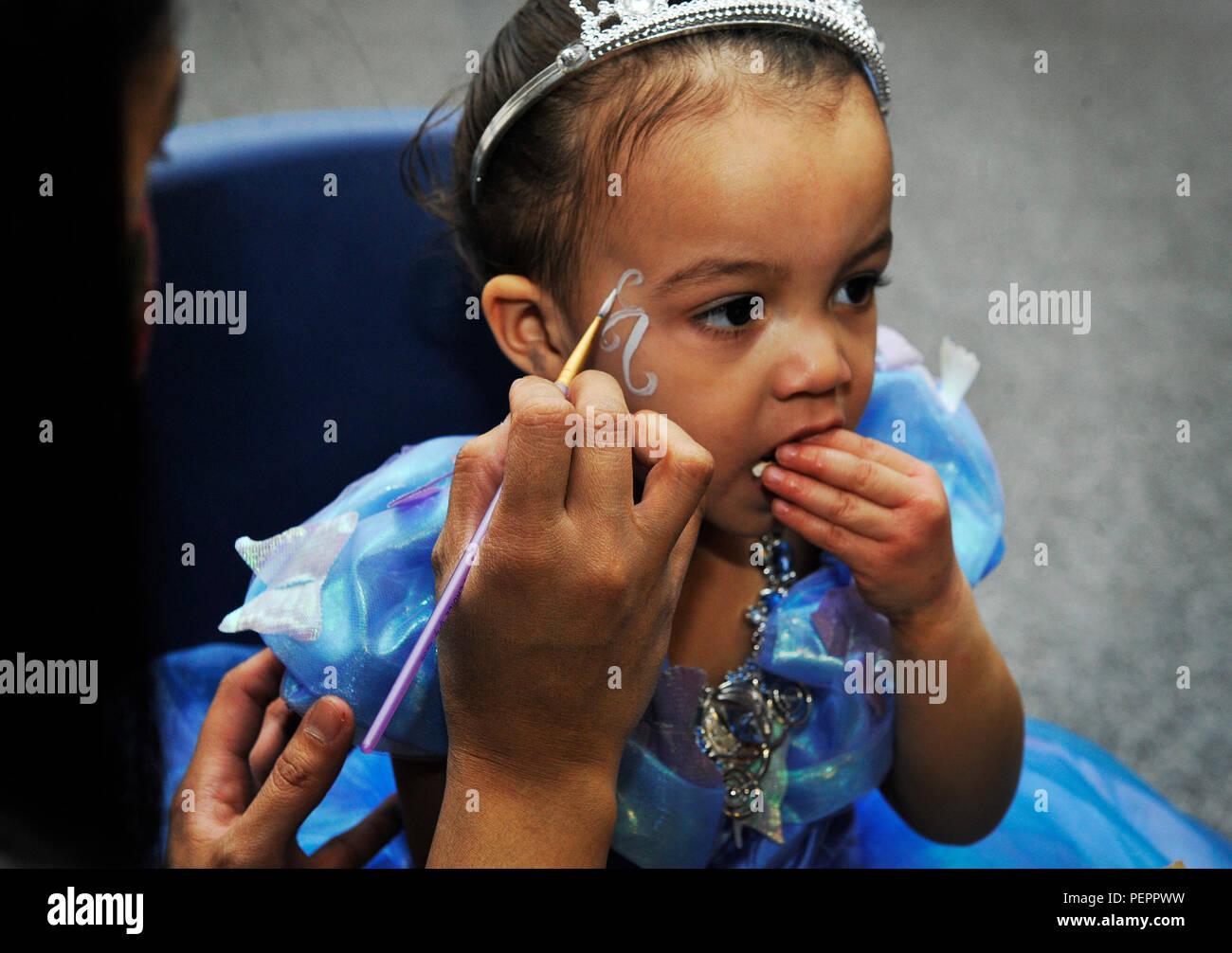 Ein Freiwilliger Malt Ein Kind Im Gesicht Wahrend Einer Kinder