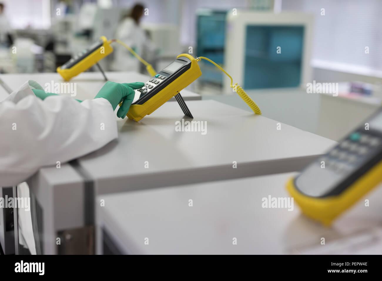 Labortechniker mit elektronischen Gerät Stockbild