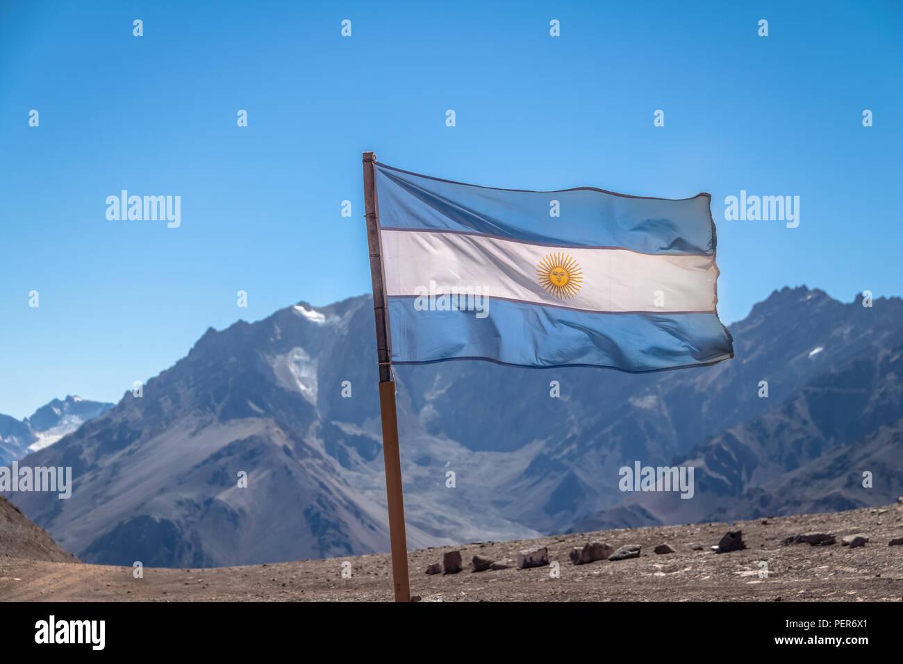 Argentinien Fahne mit Cerro Tolosa Berg auf Hintergrund in der Cordillera de Los Andes - Provinz Mendoza, Argentinien Stockfoto