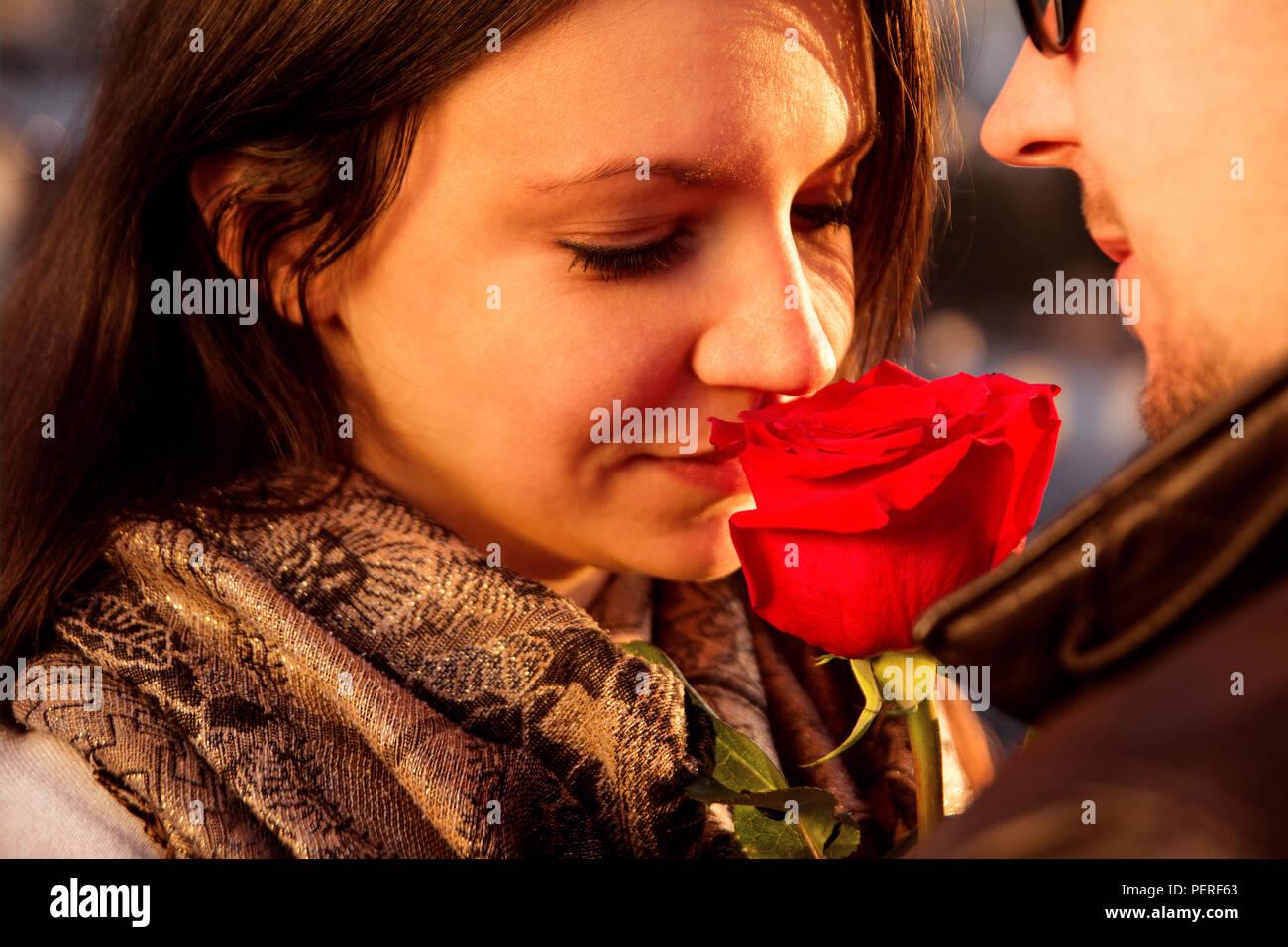 Frohes Und Liebevolles Paar Fur Valentinstag Paar Geniessen Die