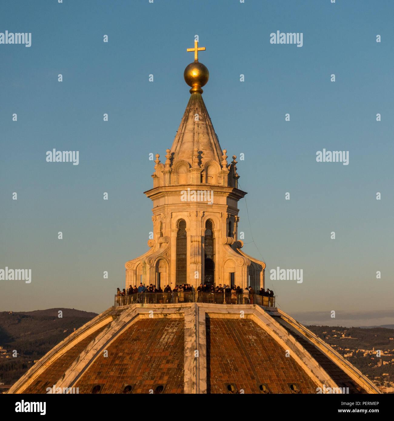 Florenz, Italien - 23. März 2018: Touristen sammeln auf der Kuppel der Kathedrale von Florenz bei Sonnenuntergang. Stockbild