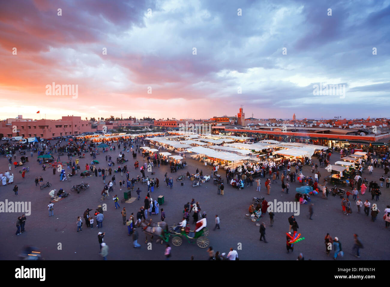 Erhöhten Blick auf die Djemaa el-Fna, Afrika, Nordafrika, Marokko, Marrakesch (Marrakech) Stockbild