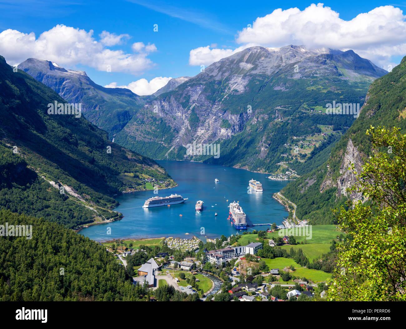 Geirangerfjord, Norwegen. Blick über die Stadt Geiranger und Geirangerfjord, Norwegen Stockbild