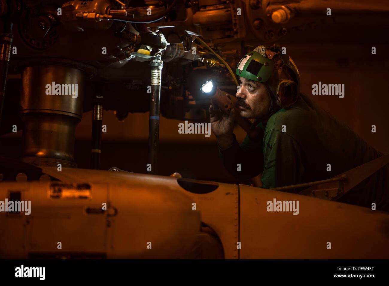 """160129-N-XX 566-013 PAZIFISCHEN OZEAN (Jan. 29, 2016) - Aviation Machinist Mate 2. Klasse Gregor Robinson, von La Habré, Calif., führt eine abschließende Fremdkörperinspektion eines MH-60S Sea Hawk für die Ladegeräte der Hubschrauber Meer Combat Squadron (HSC) 14 in USS John C Stennis"""" (CVN 74) Hangar bay zugeordnet. Eine Bekämpfung - bereit Kraft kollektiven maritime Interessen zu schützen, Stennis arbeitet als Teil der Großen Grüne Flotte in regelmäßigen Western Pacific Bereitstellung. (U.S. Marine Foto von Mass Communication Specialist 3. Klasse Andre T. Richard/Freigegeben) Stockbild"""