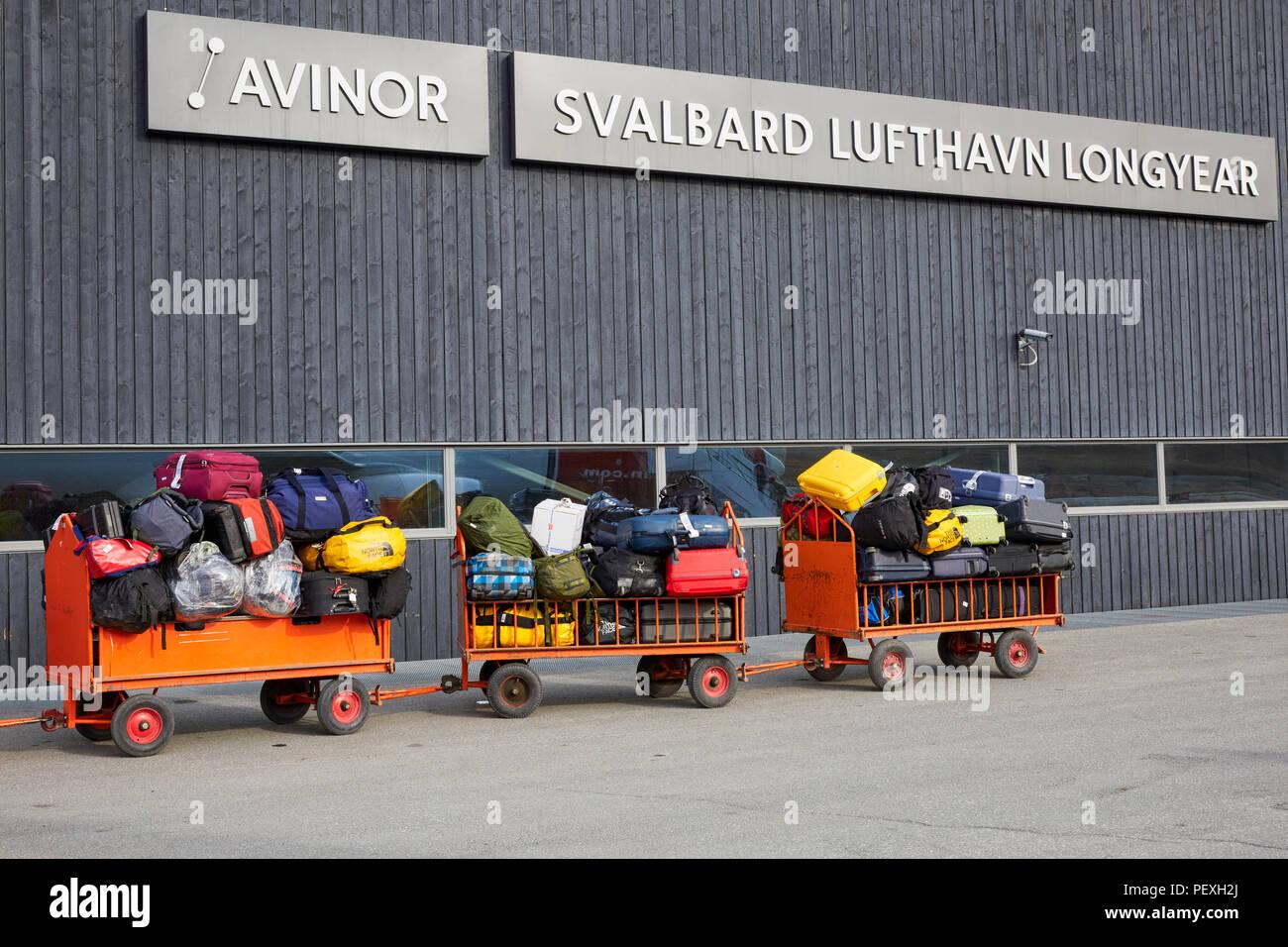 Gepäckwagen warten geladen oder entladen auf Spitzbergen Longyearbyen Flughafen Longyearbyen Lufthavn. Stockbild