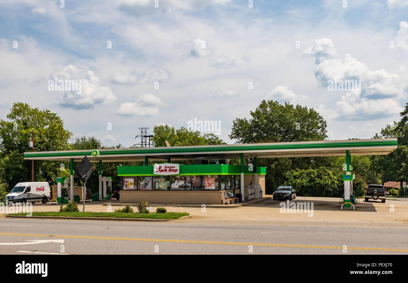 HICKORY, NC, USA-15 August 18: Rosales Kwik Stop, Inc., ein unabhängiges Convenience Store und BP-Tankstelle, an einer Hauptstraße in Hickory, NC. Stockbild