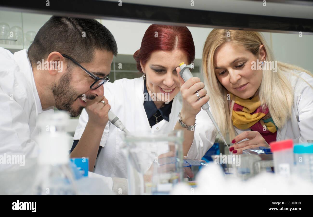Gruppe von Wissenschaftlern im Labor Stockbild
