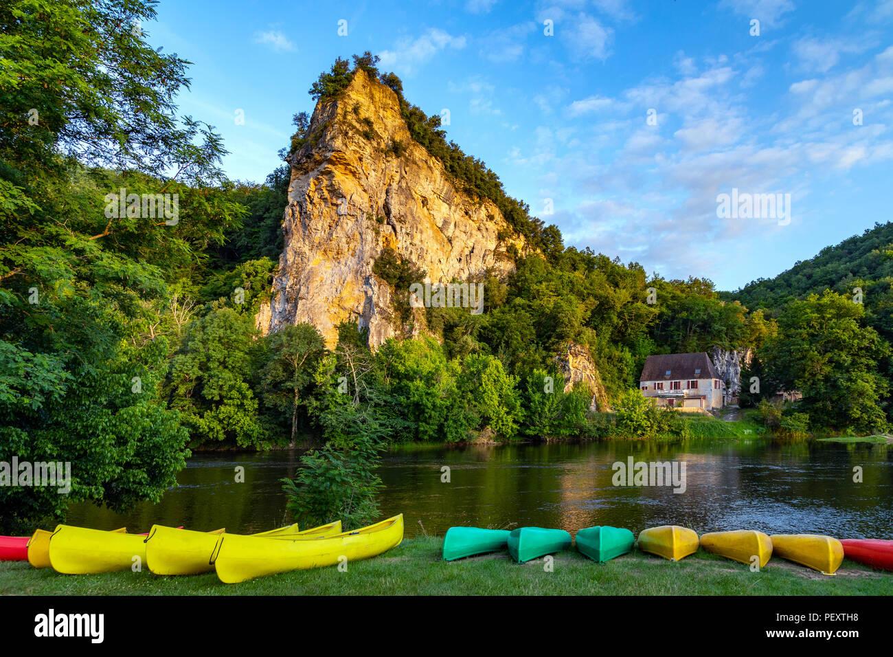 Am späten Nachmittag Sonne auf einer malerischen Landschaft am Fluss Dordogne in der Nouvelle-Aquitaine Region in Frankreich Stockbild