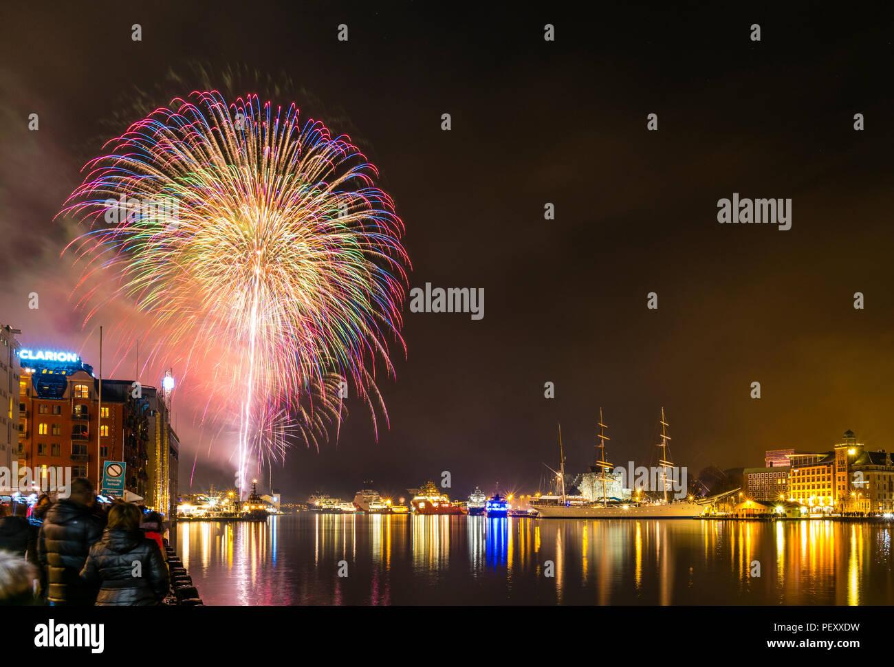 Feuerwerk in Bergen, Norwegen, an Silvester Feier. Stockbild