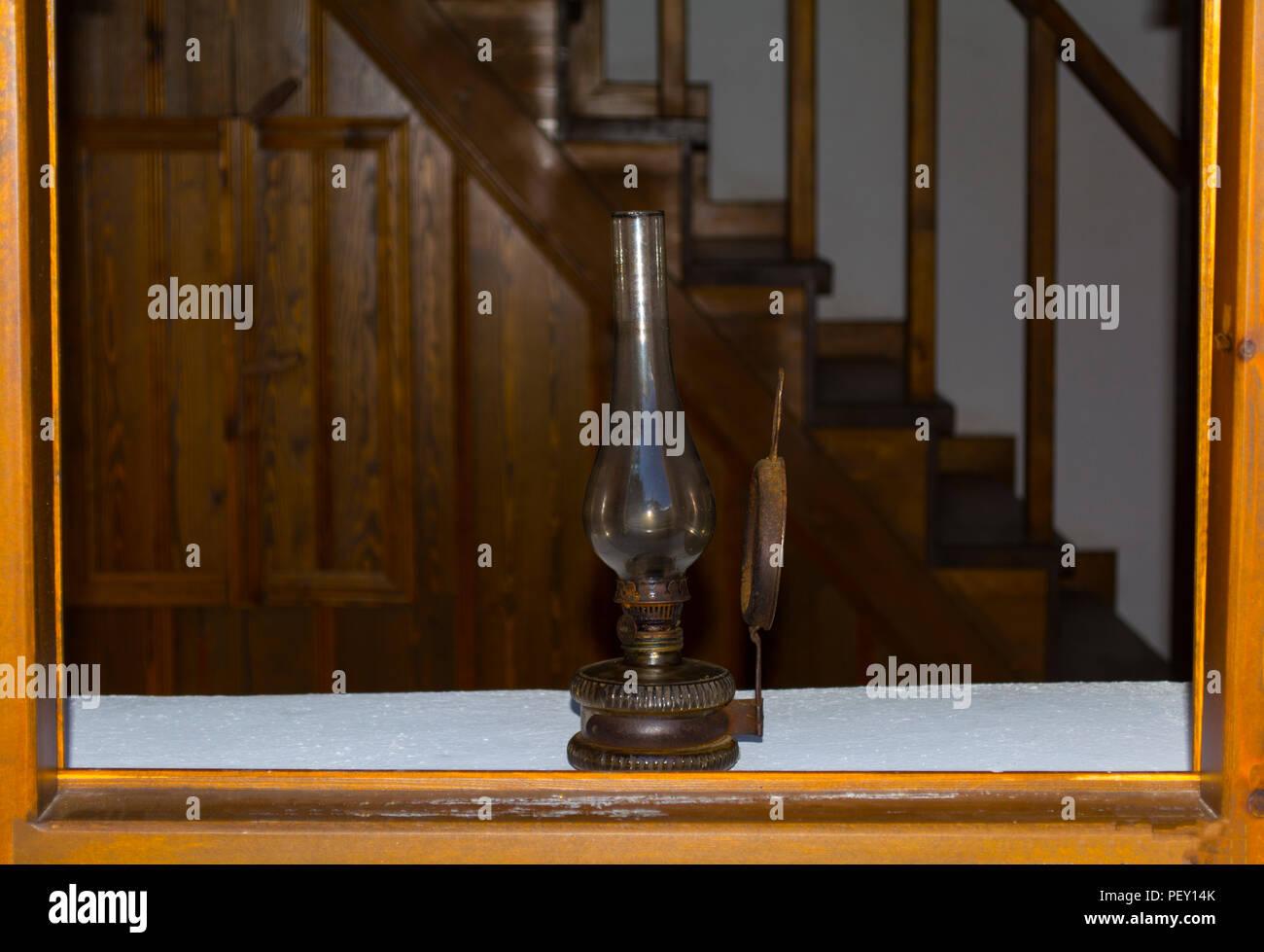 Gas En Licht : Retro gas lampe licht in holz auf holz alte treppen hintergrund