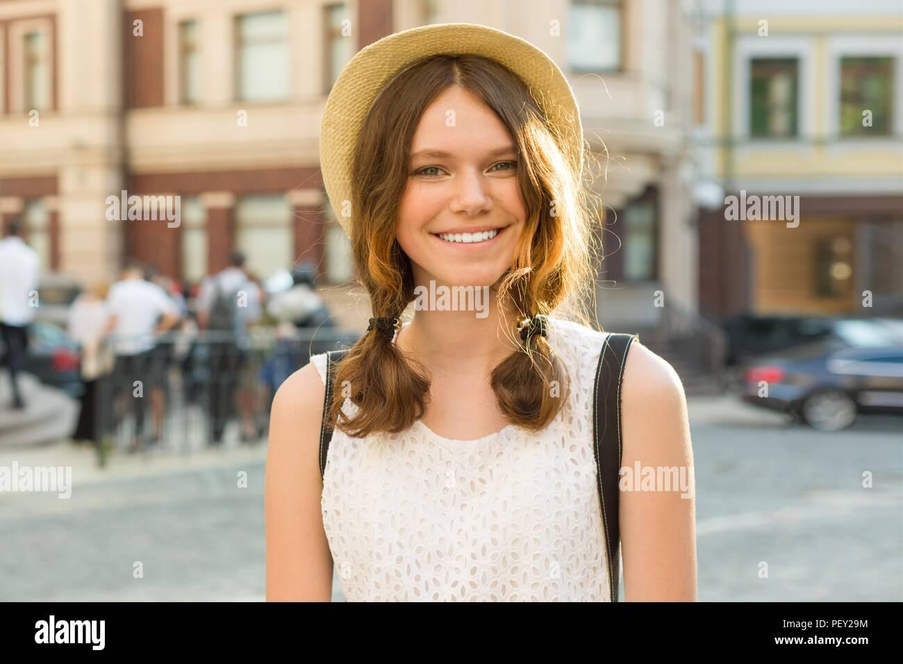 Outdoor Portrait von Teenage girl 13, 14 Jahre alt, Stadt Straße Hintergrund. Stockbild