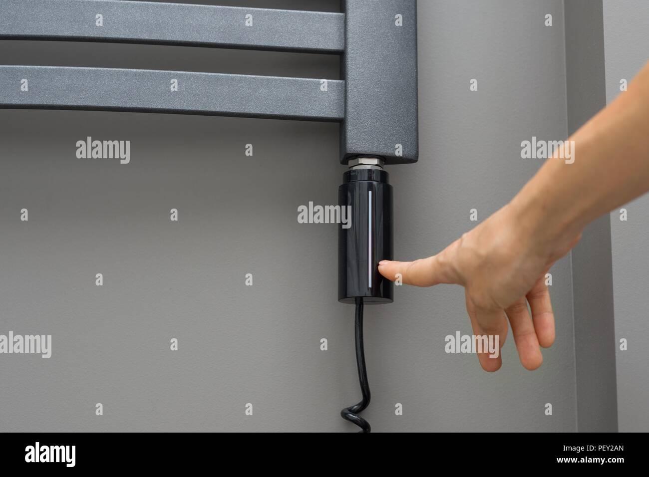 Close-up innere Elemente der Badezimmer, Handtuch Heizkörper. Grau ...