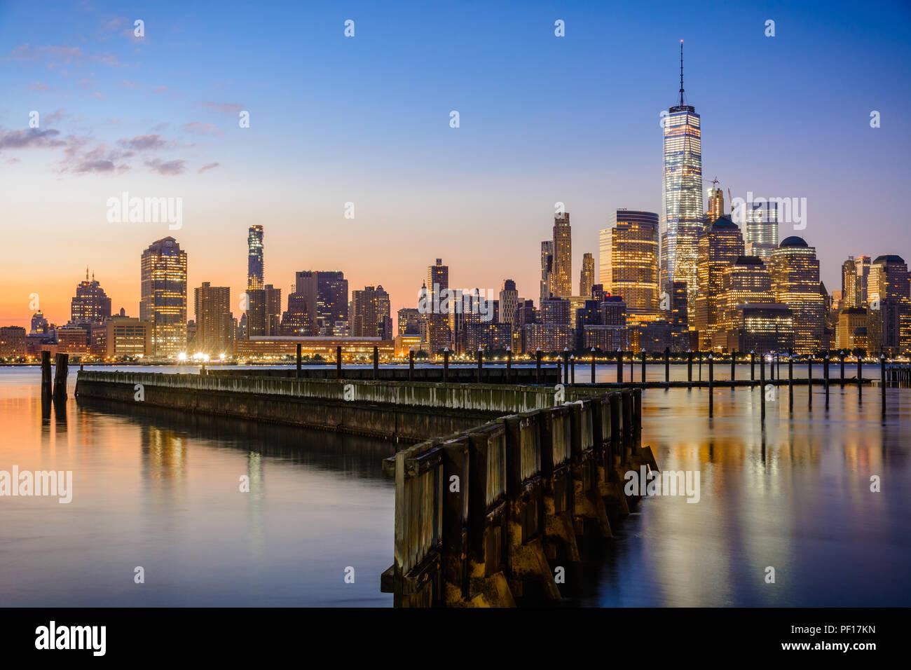 Die Innenstadt von New York und Lower Manhattan von der Jersey City Seite des Hudson River aus gesehen. Stockbild