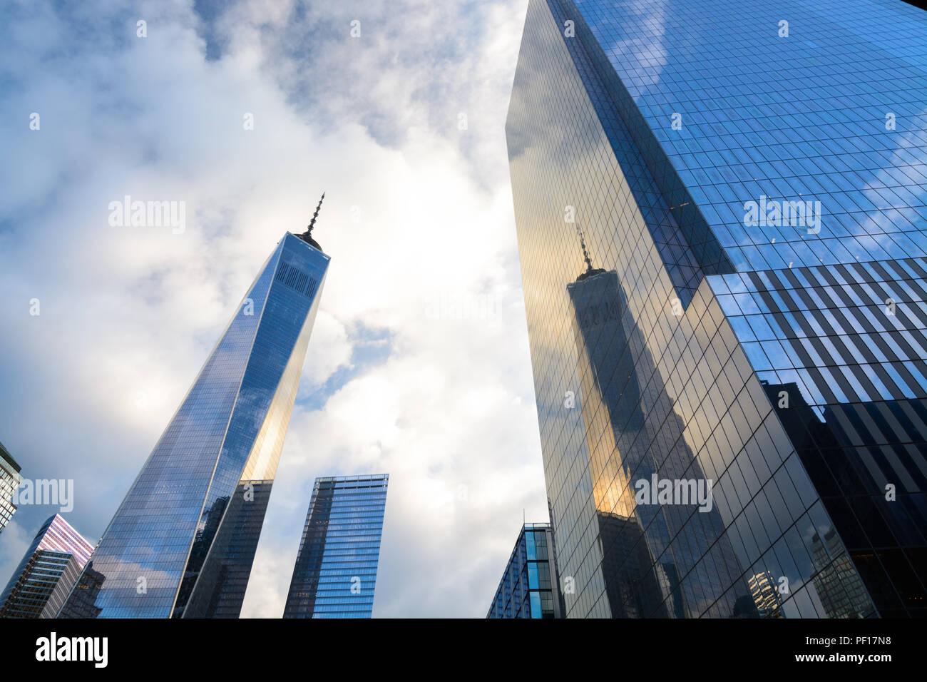 One WTC spiegelt sich in der vorgehängten Glasfassade von vier WTC in Lower Manhattan, New York City. Stockbild