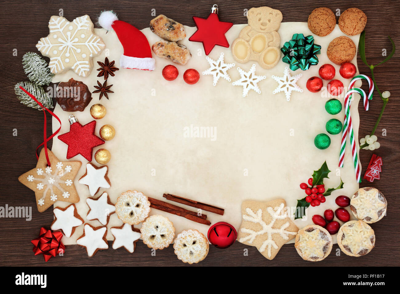 weihnachten festliche hintergrund grenze einschliesslich christbaumschmuck kekse kuchen schokolade gewurze und winter flora auf pergamentpapier auf eiche
