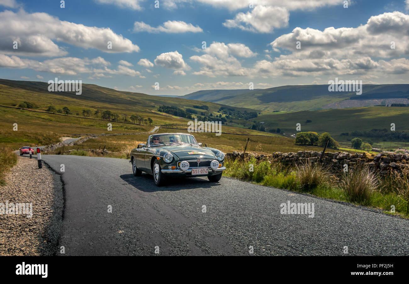 Die jährliche Yorkshire Pudding MG und Klassische Auto laufen sah 160 Autos fahren die Reise um Gottes eigene Grafschaft mit Dächer nach unten auf einen anderen spektakulären Summe Stockbild