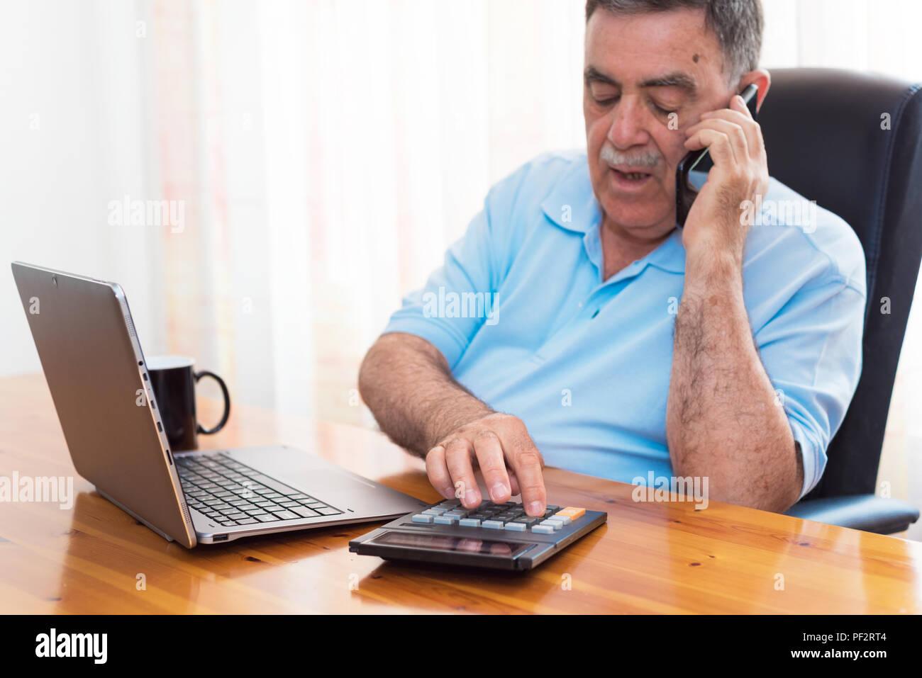 Der Mensch seine Buchhaltung, Finanzberater. Stockfoto