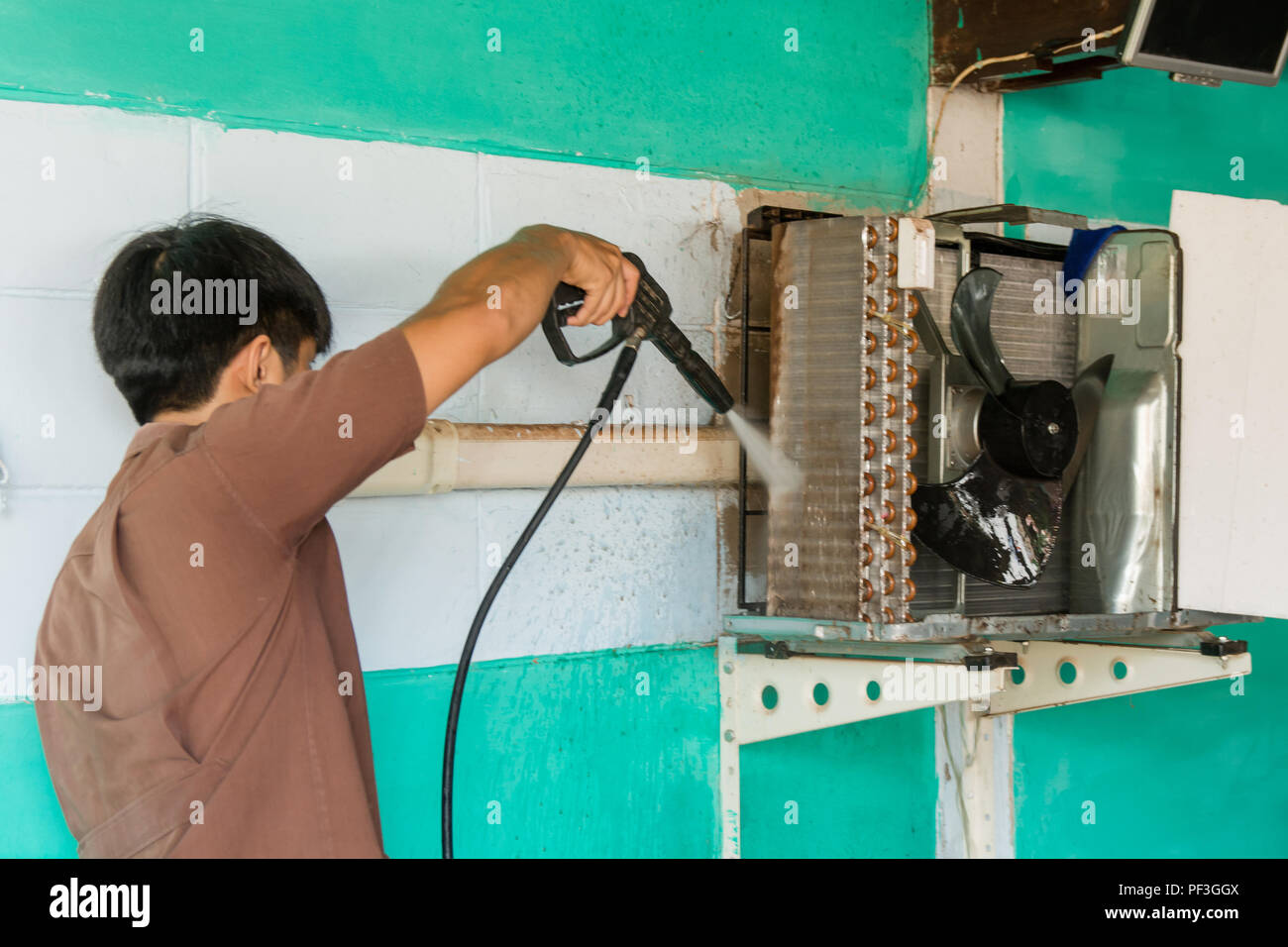 Super Techniker sind Wartung und Reparatur von Klimaanlagen. Kompressor CQ31