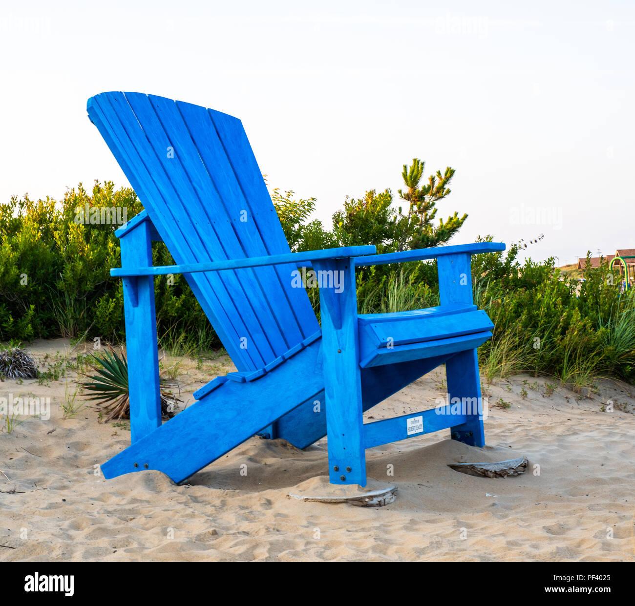 eine riesige blaue adirondack stuhl bei sandbridge in virginia beach