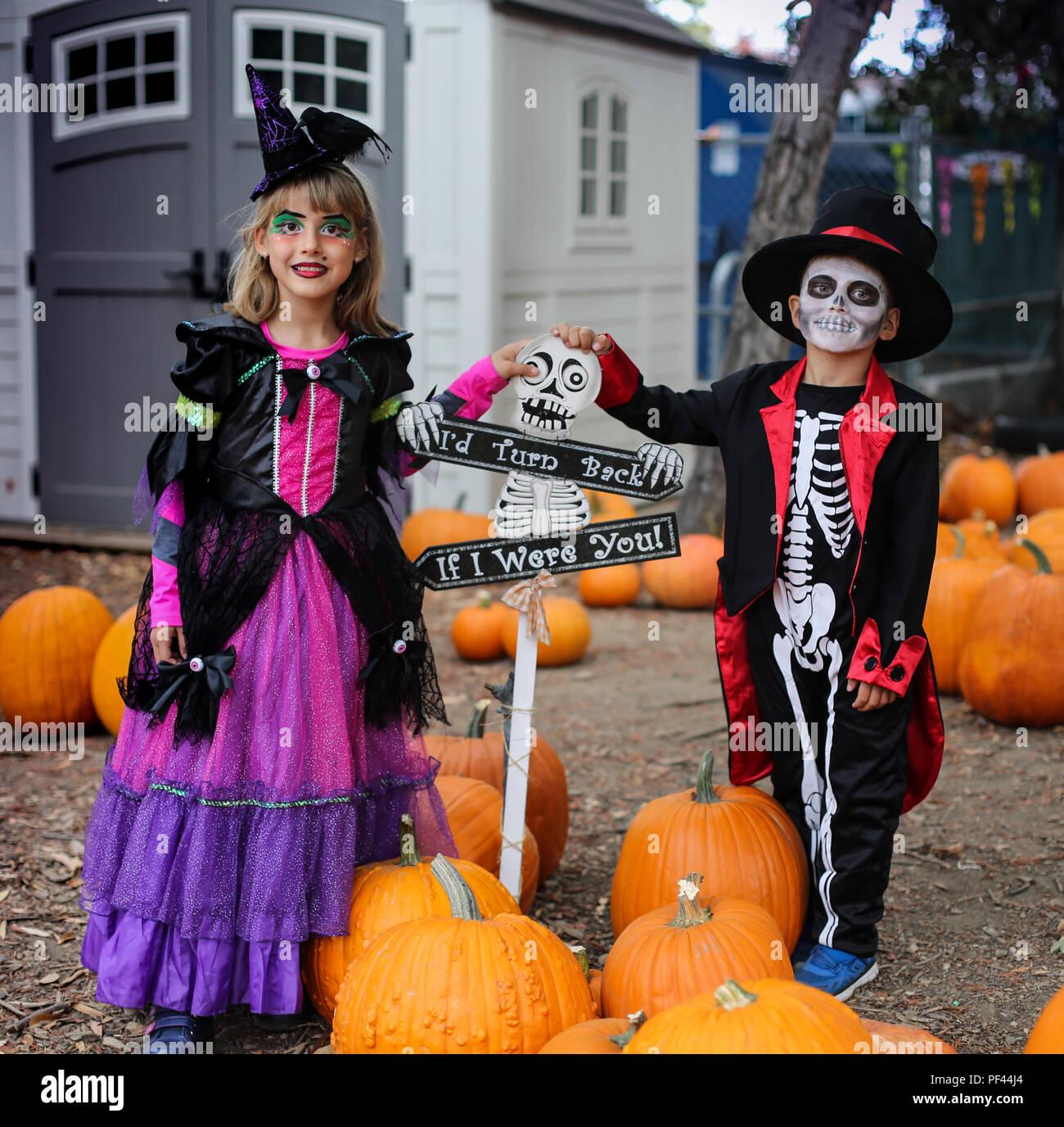 Halloween kids, Trick-or-treat. Kinder trägt Kostüm von Skelett und Hexe für Halloween Trick-or-Treaten Partei Stockbild